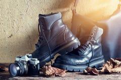 Пара ботинка черных кожаных людей с сумкой и камеры на деревянном Стоковое Изображение RF