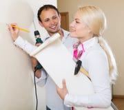 Пара висит книжные полки на стене Стоковое Изображение RF