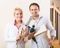 Пара висит книжные полки на стене Стоковая Фотография