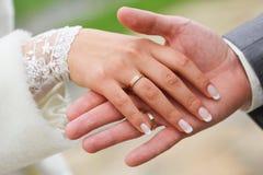 Пара вручает венчание Стоковое фото RF