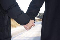 пара вручает влюбленность удерживания более старую Стоковые Фотографии RF