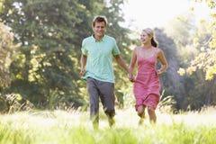 пара вручает держать outdoors бежать стоковая фотография
