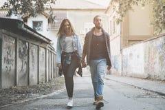 пара вручает держать outdoors Молодые пары waling на улице стоковая фотография