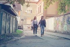 пара вручает держать outdoors Молодые пары waling на улице стоковое изображение rf