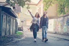 пара вручает держать outdoors Подруга показывая что-то к h стоковое фото
