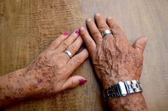 пара вручает старую Стоковое Фото