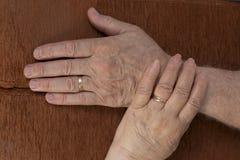 пара вручает счастливый старший удерживания Стоковые Фотографии RF