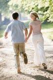 пара вручает держать outdoors бежать Стоковые Изображения