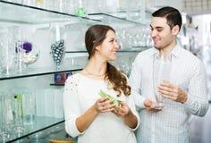 Пара выбирает вазу Стоковое Фото
