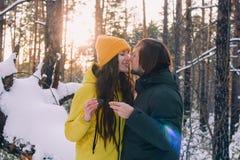 Пара выпивает чай в лесе зимы стоковое изображение rf