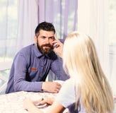 Пара в влюбленности держит чашки кофе на таблице стоковое изображение rf