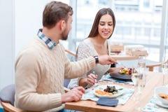 Пара в влюбленности сидит в еде ` s одина другого кафа и попытки Стоковые Изображения