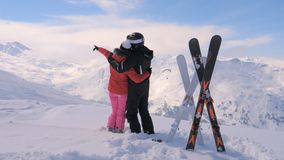 Пара в влюбленности стоит на верхней части горы Snowy и двигает их руки Стоковое Фото