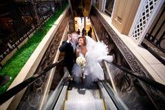 Пара в влюбленности, на эскалаторе на моле Стоковая Фотография RF