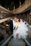Пара в влюбленности, на эскалаторе на моле Стоковые Фотографии RF
