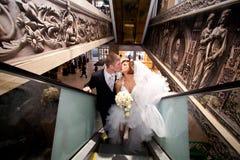 Пара в влюбленности, на эскалаторе на моле Стоковое Фото