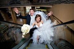 Пара в влюбленности, на эскалаторе на моле Стоковое Изображение