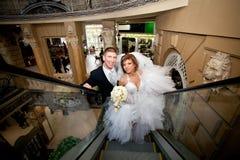 Пара в влюбленности, на эскалаторе на моле Стоковое фото RF
