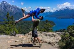 Пара в горах и озерах San Carlos de Bariloche, Аргентины стоковая фотография rf