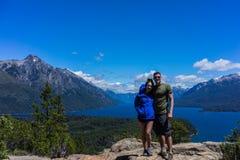 Пара в горах и озерах San Carlos de Bariloche, Аргентины стоковые изображения rf