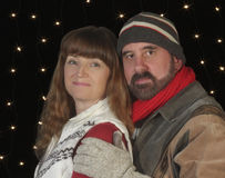 Пара в одеждах зимы Snuggle совместно стоковая фотография