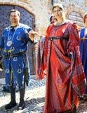 Парад в средневековых костюмах мать 2 изображения дочей цвета стоковые фото