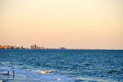 Пара говорит в волнах на Myrtle Beach Coastline-1 Стоковые Изображения