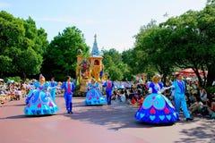 Парад Диснейленда токио мечт радостный всех видов сказок и персонажей из мультфильма Стоковое фото RF