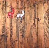 Пара деревянных оленей на деревянной предпосылке Рождество Стоковые Изображения RF