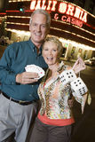 Пара держа играя карточки и Dices против казино Стоковые Изображения RF