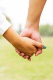 Пара держа руки Стоковые Изображения