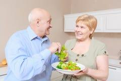 Пара держит плиту с салатом Стоковые Фотографии RF