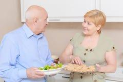 Пара держит плиту с салатом Стоковые Изображения RF
