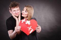 Пара держит разбитый сердце соединенный в одном Стоковые Фотографии RF