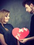 Пара держит разбитый сердце соединенный в одном Стоковое Изображение