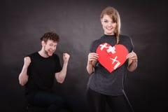 Пара держит разбитый сердце соединенный в одном Стоковые Изображения RF