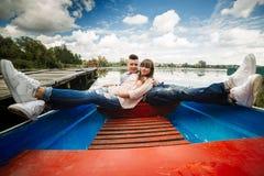 Пара ехать голубая шлюпка на озере романско пары эмоциональные смешной и в любов стоковая фотография rf