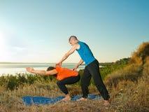 Пара делая йогу работает outdoors Стоковая Фотография RF