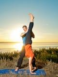 Пара делая йогу работает outdoors Стоковые Изображения RF