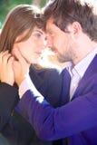 Пара дела в влюбленности смотря в один другого наблюдает Стоковое Изображение RF