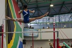Параллельные брусья девушки гимнаста летая разделения Стоковая Фотография RF