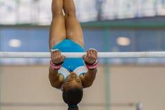 Параллельные брусья девушки гимнаста отбрасывая конец-Вверх Стоковое Изображение RF