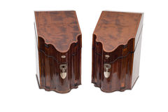 Пара закрытых винтажных деревянных шкафов ликера Стоковые Фото