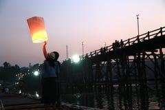 Пара запуская светлый фонарик в вечере Стоковое Фото