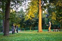 Пара играя бадминтон в парке Tsaritsyno стоковые изображения
