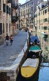 Пара идет вдоль канала в Венеции, Италии стоковые изображения