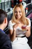 Пара имеет питье в баре Стоковые Изображения RF