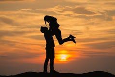 Пара имеет счастье и смотреть красивый заход солнца Стоковое фото RF