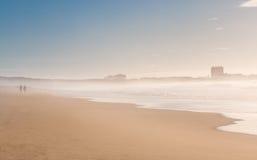 Пара идет вдоль океана Стоковые Фотографии RF