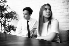 Пара молодые люди говорить стоковая фотография rf